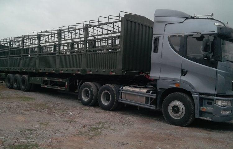 Xe đầu kéo thùng phủ bạt vận chuyển hàng Phú Yên vào TP.HCM