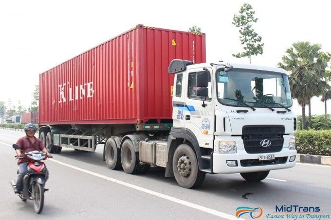 Xe kéo container 40 feet vận chuyển hàng từ Hà Tĩnh vào Sài Gòn